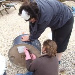 On coupe les fils de fer qui dépassent et on les plaque contre le bidon pour éviter de se raccrocher après.