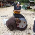On pose les boutons en terre cuite à l'aide de fils de fer pour maintenir la fibre en place.