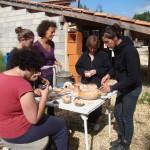 Les stagiaires se retrouve autour de la table pour découvrir leurs pièces après cuisson.