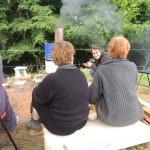 Pendant la cuisson, l'équipe reste à coté du four pour alimenter en bois et suivre la courbe de cuisson.