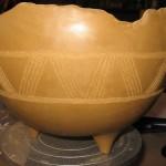 Cette coupelle a été décorée avec la technique de la gravure, appelé aussi sgraffite.