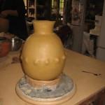 Pascal a utilisé un petit outil en bois pour pousser la terre de l'intérieur vers l'extérieur et ainsi créer du relief sur son vase.