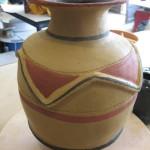 Voici un gros vase réalisé et décoré à la façon africaine.