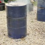 On brûle les résidus d'huile pour nettoyer le bidon.