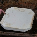 On installe la plaque de sol dans la fosse de cuisson sur des quilles.