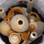 On installe les poteries dans le four en les superposant sans les casser .