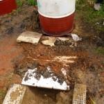 Installation de la partie basse du four sur la fosse pour procéder à l'enfournement.