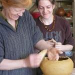 Sophie aide Isa à rattraper la forme de son vase qui partait trop vers l'extérieur.