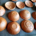 Coupelles en relief recouvertes de terre sigillée rouge
