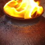 L'enfumage des pièces est toujours un moment magique où l'on voit danser le feu sur les poteries.