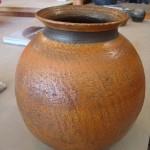 Voici un gros vase réalisé par Sophie recouvert d'une sigillée orange.