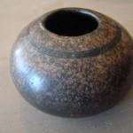 Voici une belle poterie avec de jolis effets tachetés.